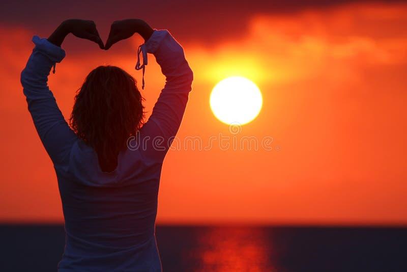 женщина захода солнца стоковая фотография