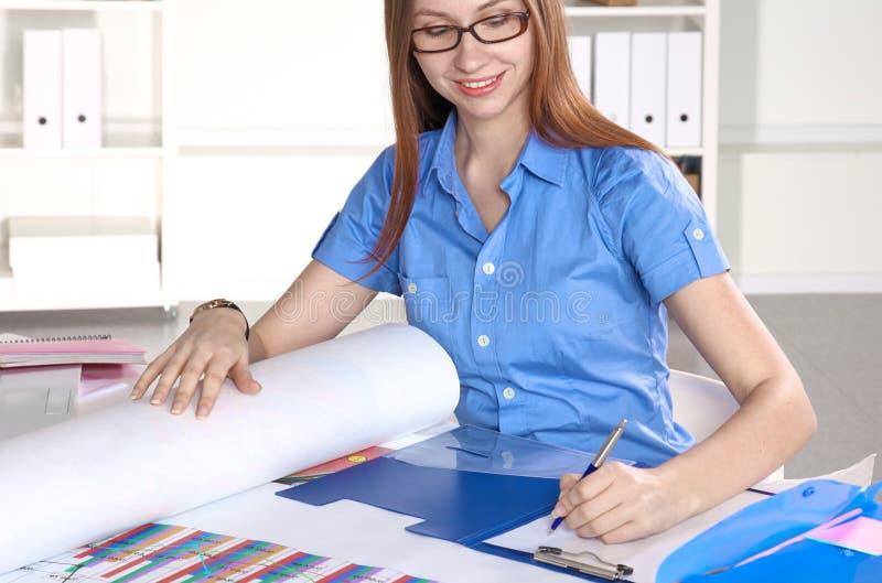 Женщина за столом в офисе стоковые фото