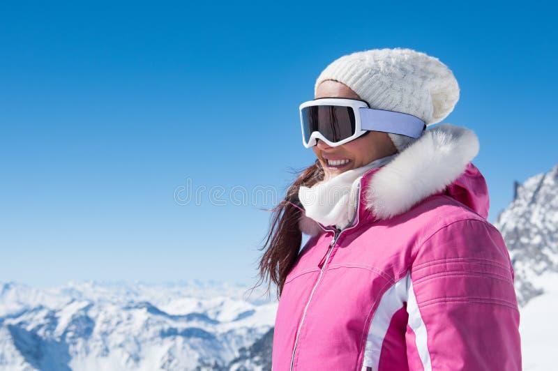 Женщина зимы в изумлённых взглядах лыжи стоковое изображение