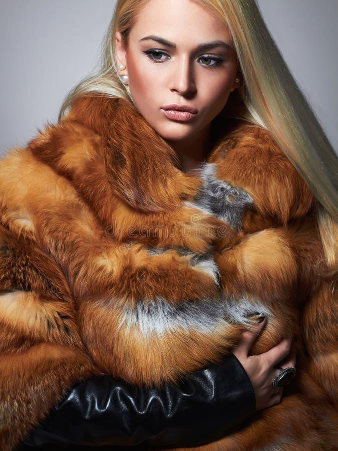 Женщина зимы в роскошной меховой шыбе Девушка фотомодели красоты стоковое изображение rf