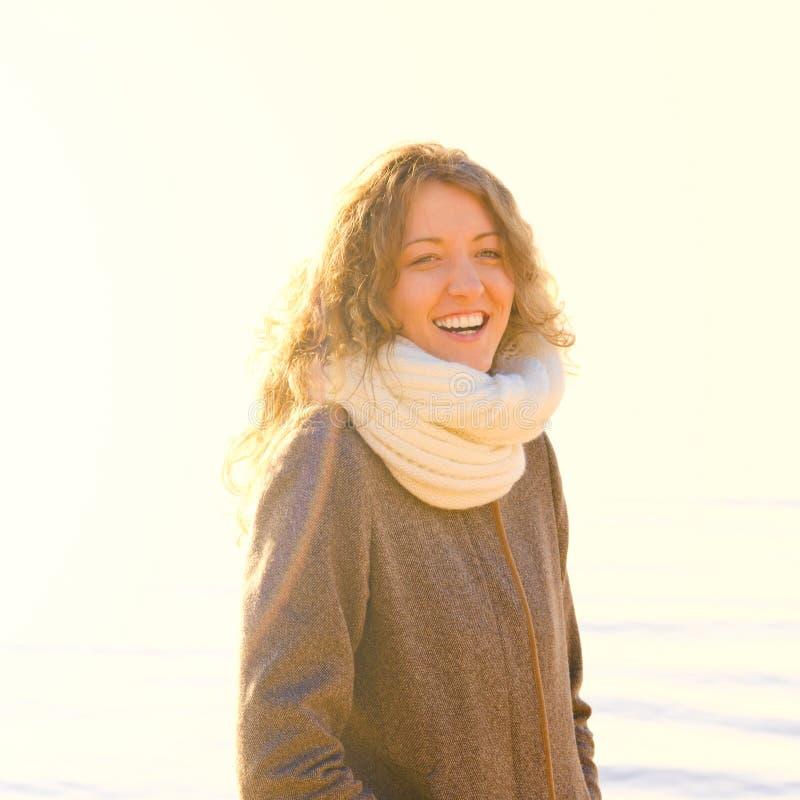 женщина зимы моря свободного полета стоковое изображение