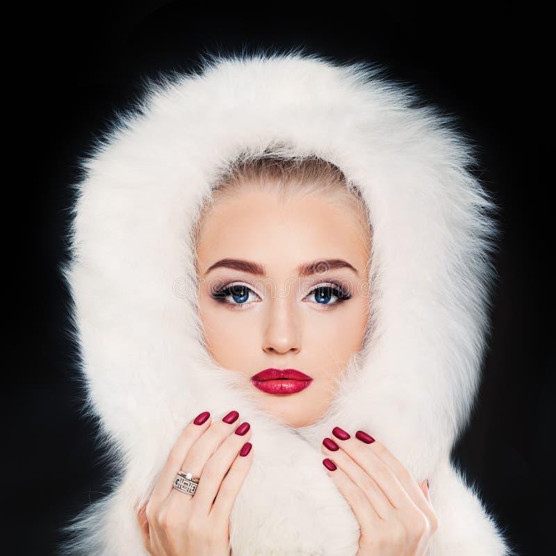 Женщина зимы модельная на темноте стоковые фото