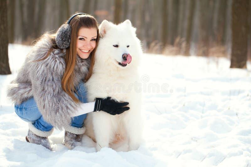 женщина зимы samoyed пущи способа собаки стоковые изображения rf