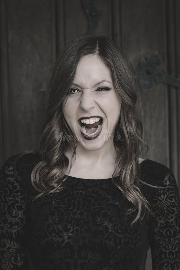 Женщина зомби готовая для того чтобы сдержать Пугающая женщина в костюме хеллоуина стоковая фотография rf