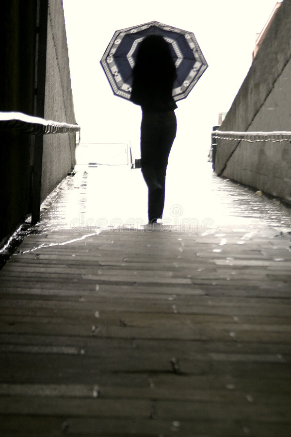 женщина зонтика гуляя стоковые изображения