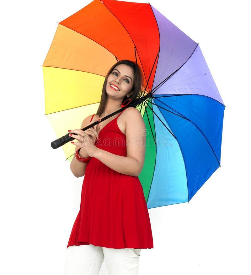 женщина зонтика радуги стоящая стоковое изображение