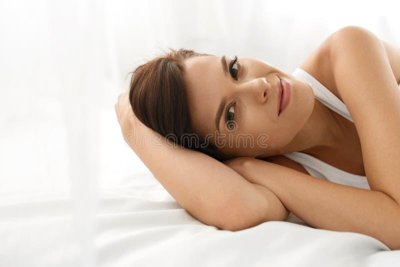 женщина здоровья s Усмехаясь женщина с красивой кожей стороны бобра стоковое фото rf