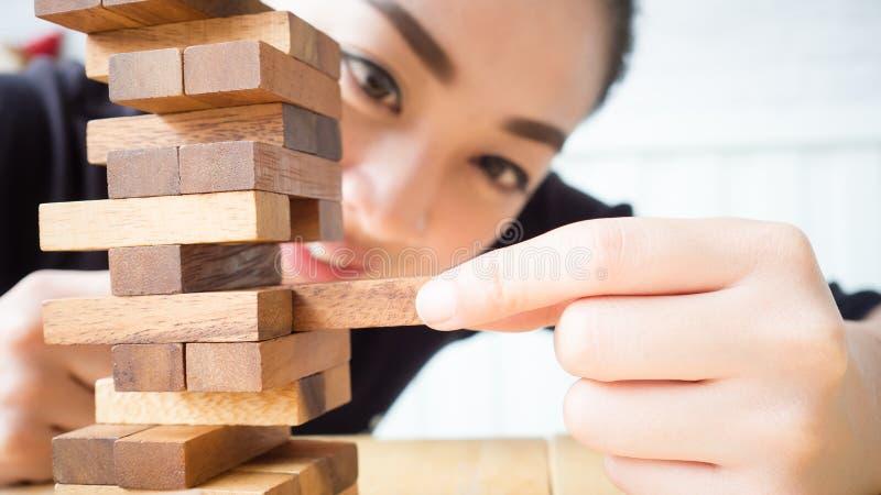 Женщина играет деревянный блок стоковые изображения