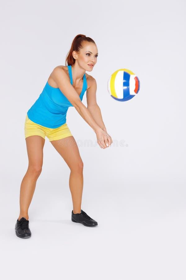 Женщина играя волейбол стоковые изображения rf