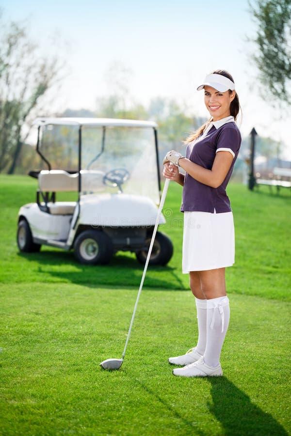 Женщина играя гольф стоковое фото