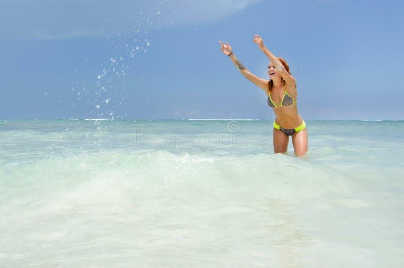 Женщина играя на пляже стоковые изображения rf