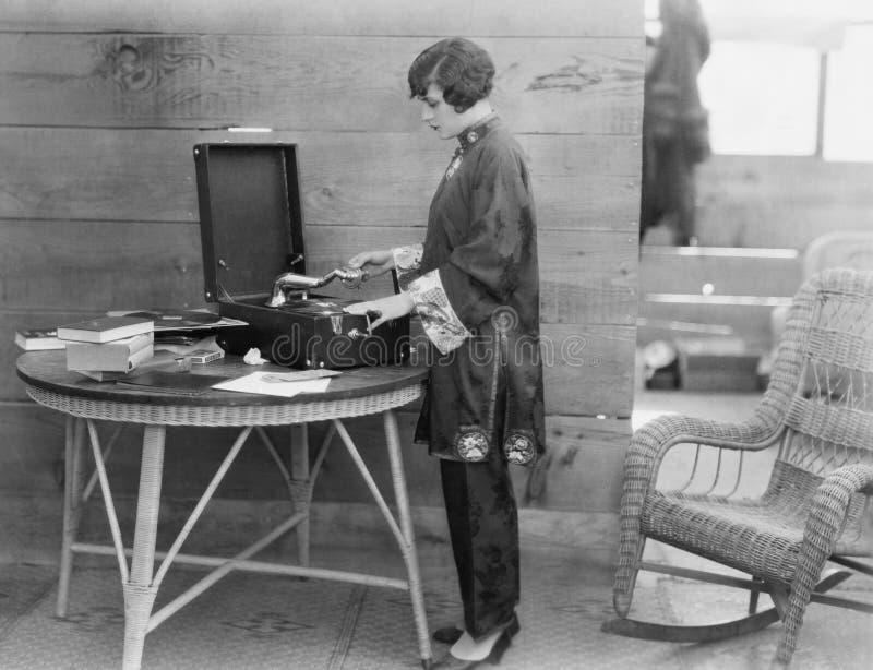 Женщина играя показатель стоковая фотография