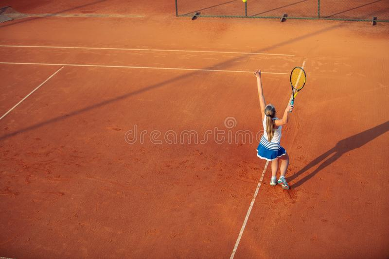 Женщина играя теннис на суде глины, с sporty обмундированием и здоровым образом жизни стоковая фотография