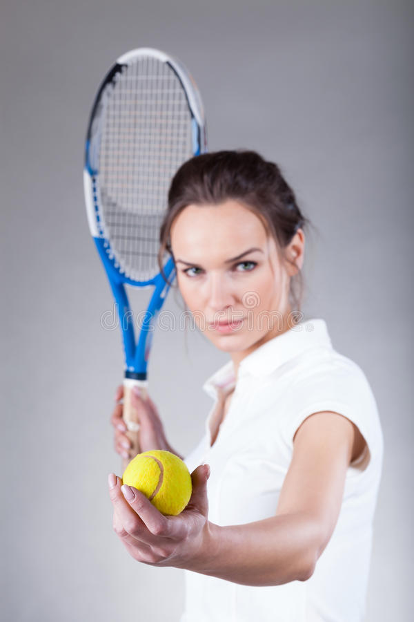 Женщина играя теннис стоковые фотографии rf