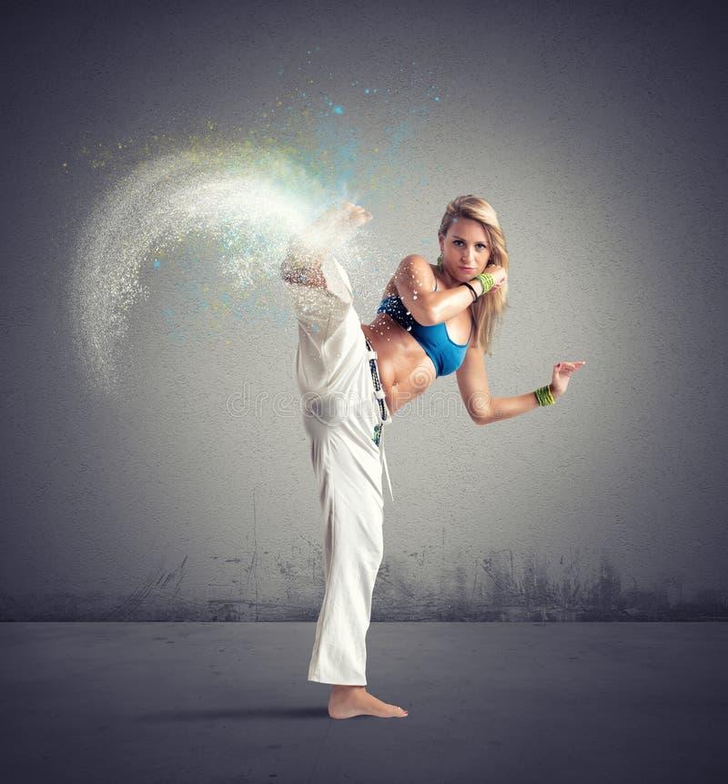 Женщина играя capoeira стоковое изображение rf
