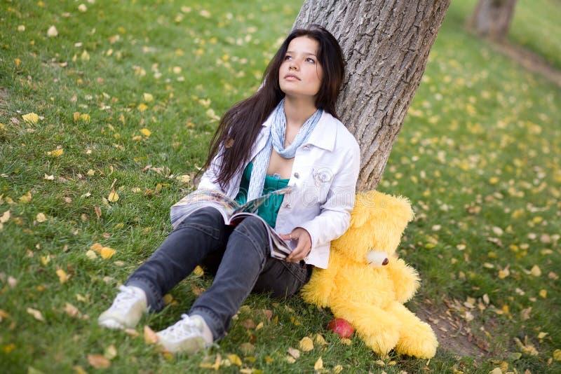 женщина игрушечного magazin медведя стоковая фотография rf