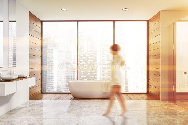 Женщина идя в деревянный панорамный bathroom стоковые изображения rf