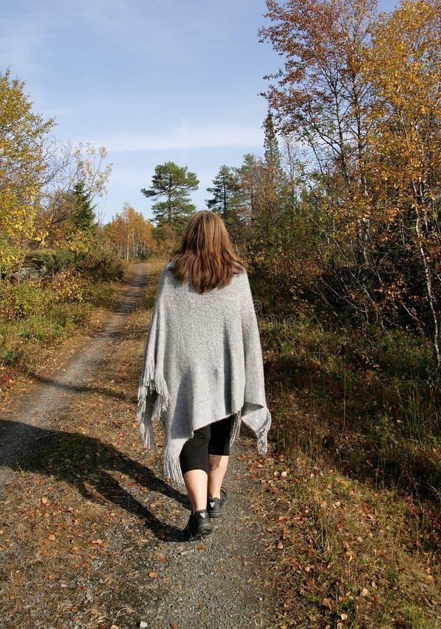 Женщина идя в осень стоковые фотографии rf