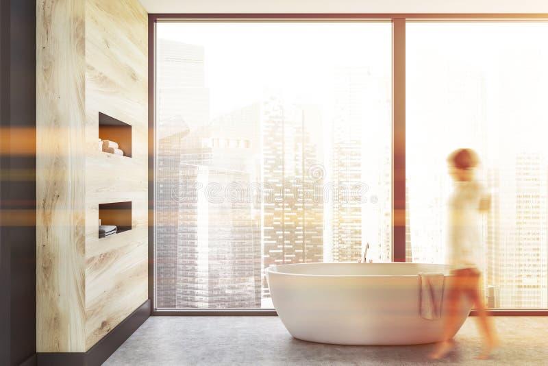 Женщина идя в панорамный bathroom стоковые изображения rf