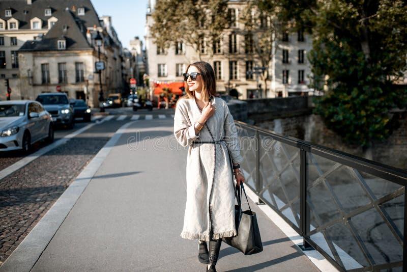 Женщина идя в Париж стоковое изображение