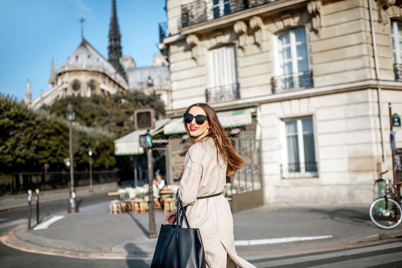 Женщина идя в Париж стоковые фотографии rf