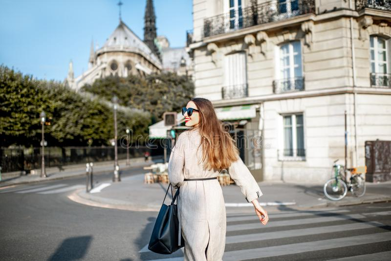 Женщина идя в Париж стоковые изображения rf