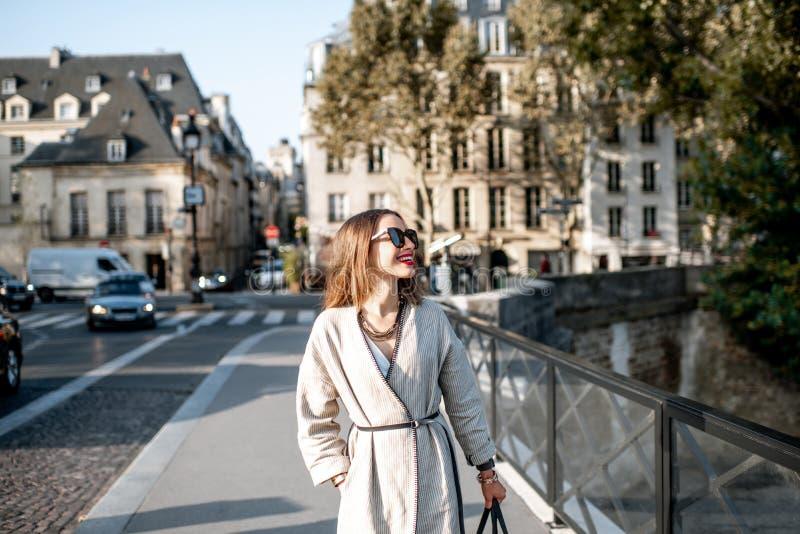 Женщина идя в Париж стоковая фотография rf
