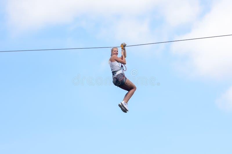 Женщина идя на приключение zipline стоковые фотографии rf