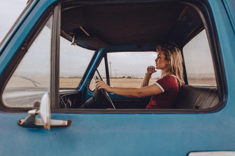 Женщина идя самостоятельно на поездку стоковое фото rf
