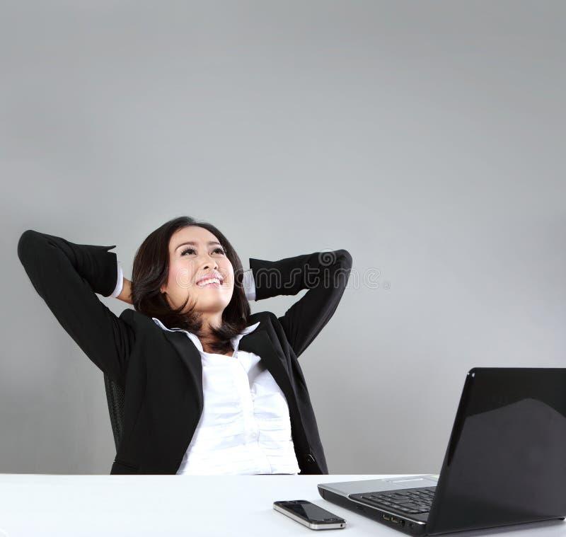 женщина изолированная делом думая белая стоковое фото