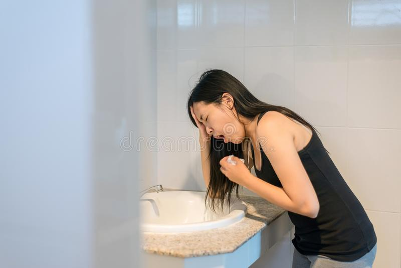 Женщина имеет болезнь утра, беременную женскую тошноту в туалете стоковые изображения rf