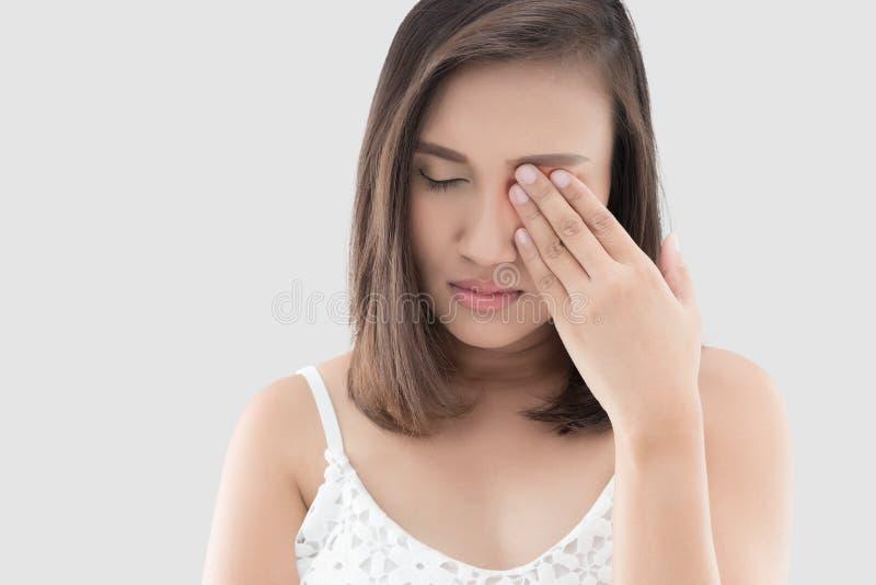Женщина имеет боль в глазе стоковые изображения rf