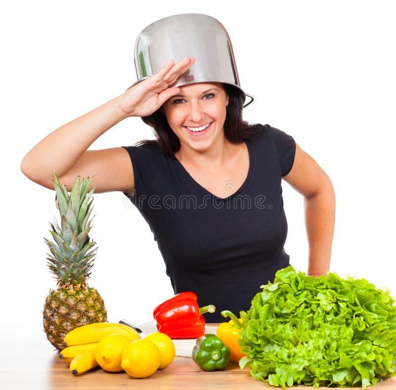Женщина имеет потеху в кухне стоковые изображения