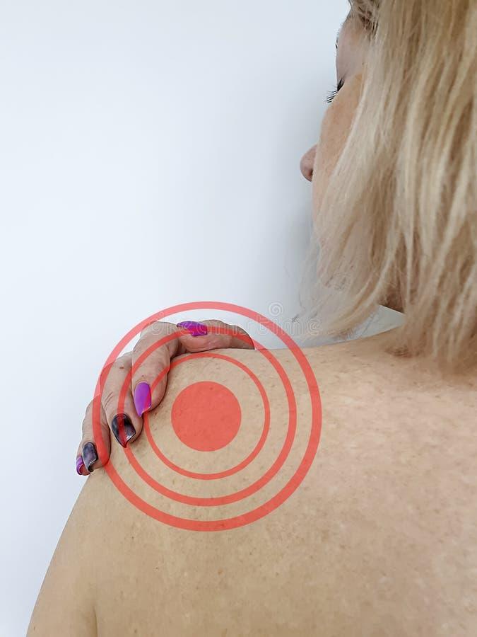 Женщина имеет симптом плеча стоковая фотография
