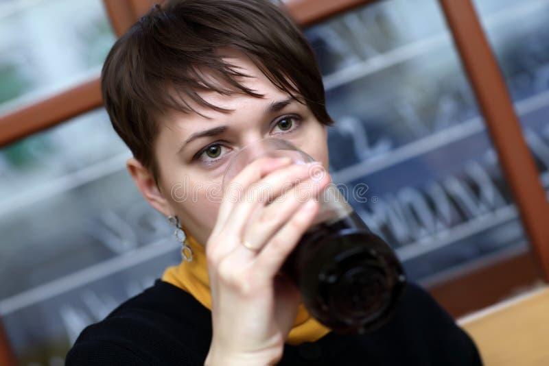 Download Женщина имеет темное пиво стоковое фото. изображение насчитывающей людск - 40577720