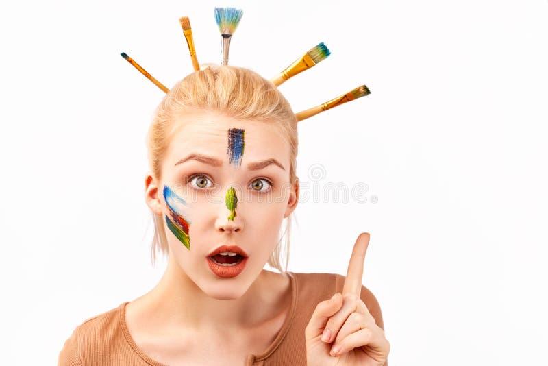 Женщина имеет художественный макияж в форме акрила ходов Стильный стиль причесок Bob с вставленными щетками в светлых волосах стоковое фото