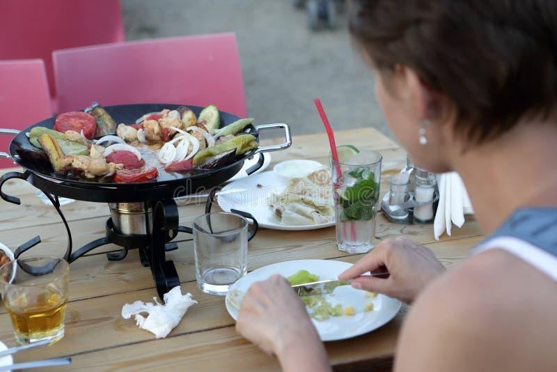 Женщина имеет kebab Saj стоковые изображения rf