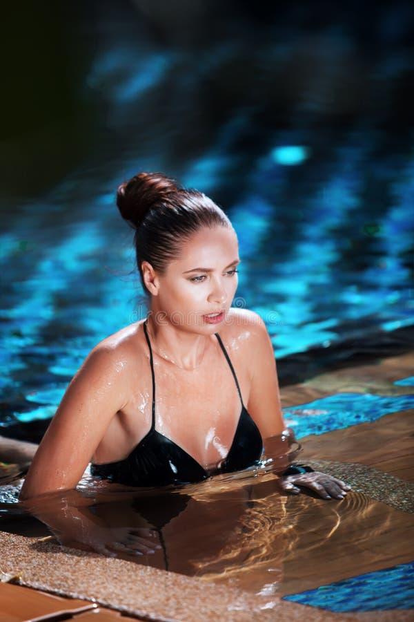 женщина имея бассейн полезного времени работы стоковая фотография rf