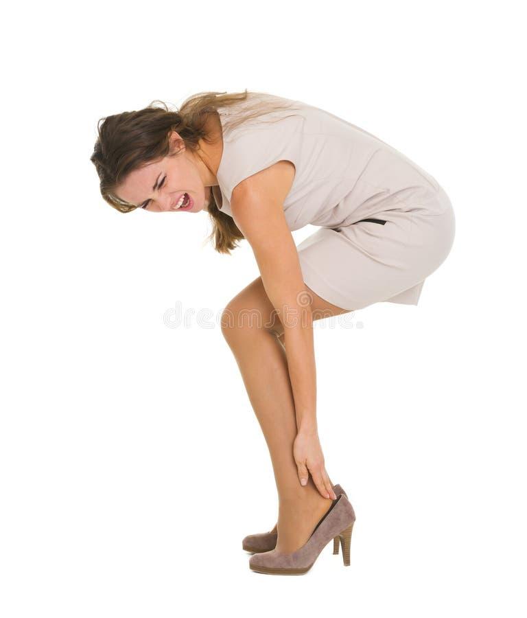 Женщина имея боль лодыжки стоковое изображение rf