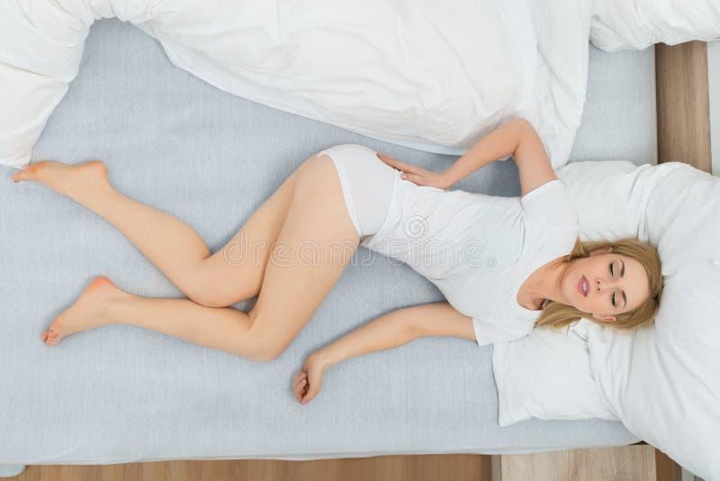 Женщина имея боль в спине стоковые изображения