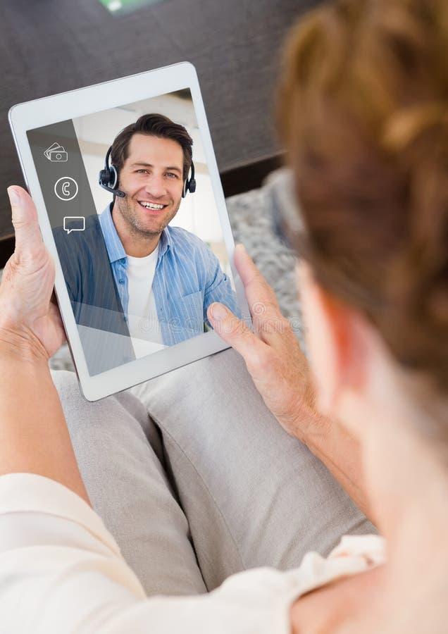 Женщина имея видео вызывая на цифровой таблетке иллюстрация штока