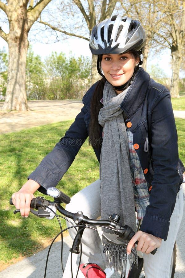 Женщина имея езду велосипеда стоковые фото