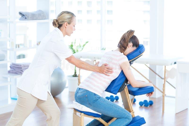 Женщина имея задний массаж стоковые изображения rf