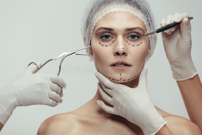 Женщина имея косметическую хирургию стороны стоковое изображение rf