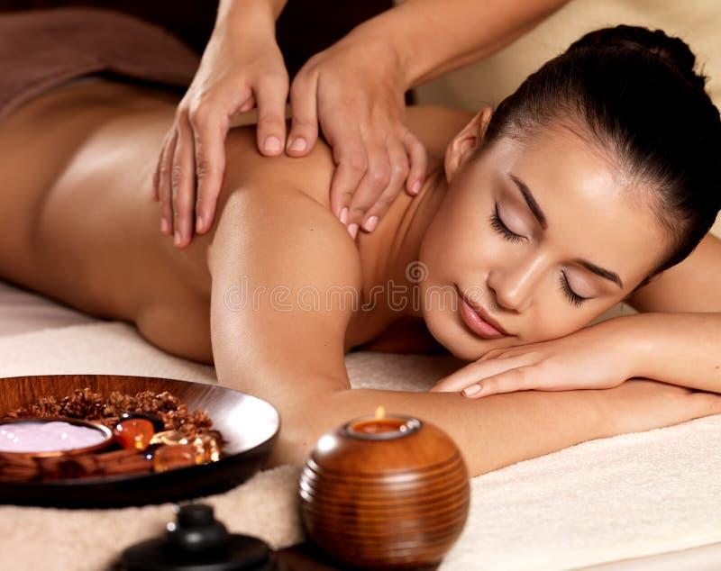 Женщина имея массаж в салоне спы стоковые фотографии rf