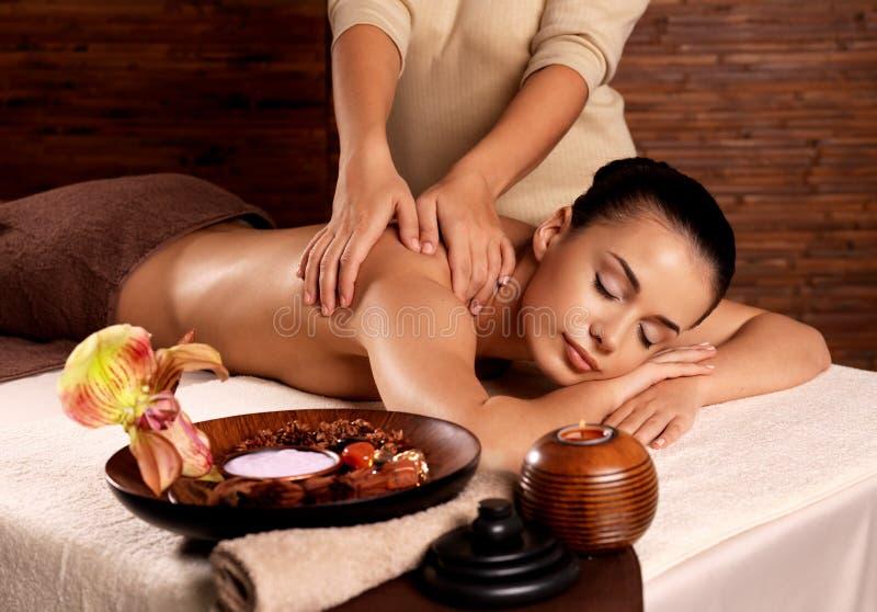 Женщина имея массаж в салоне спы стоковая фотография