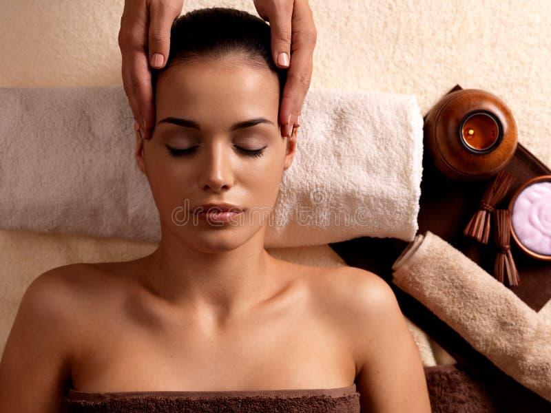 Женщина имея массаж в салоне спы стоковая фотография rf