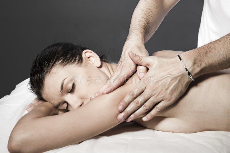 Женщина имея массаж тела в салоне курорта. Косметика стоковое фото