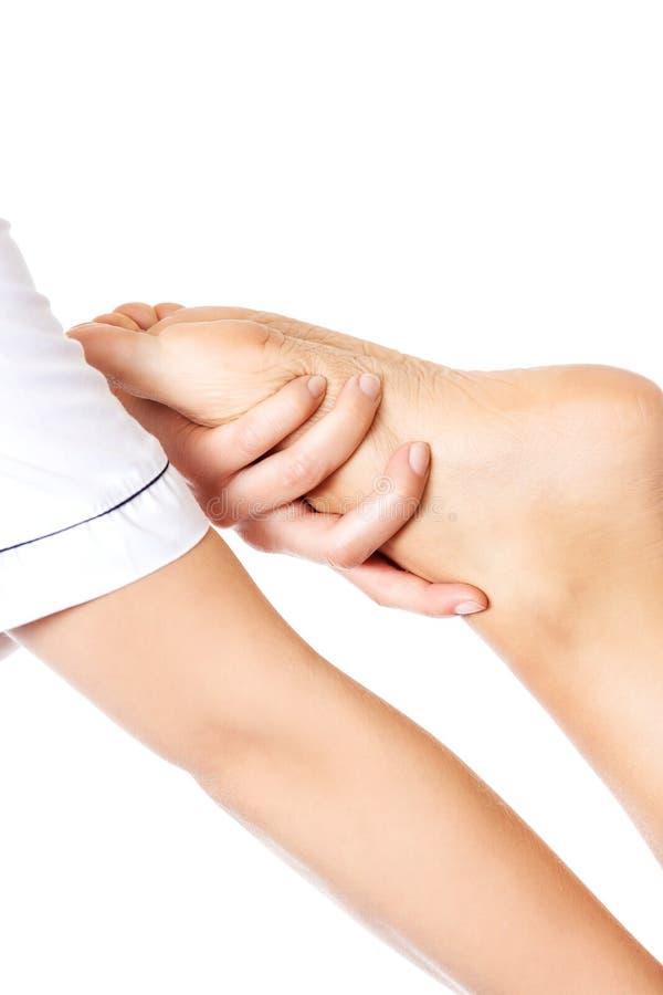 Женщина имея массаж тела в салоне спы Принципиальная схема обработки красотки стоковое фото