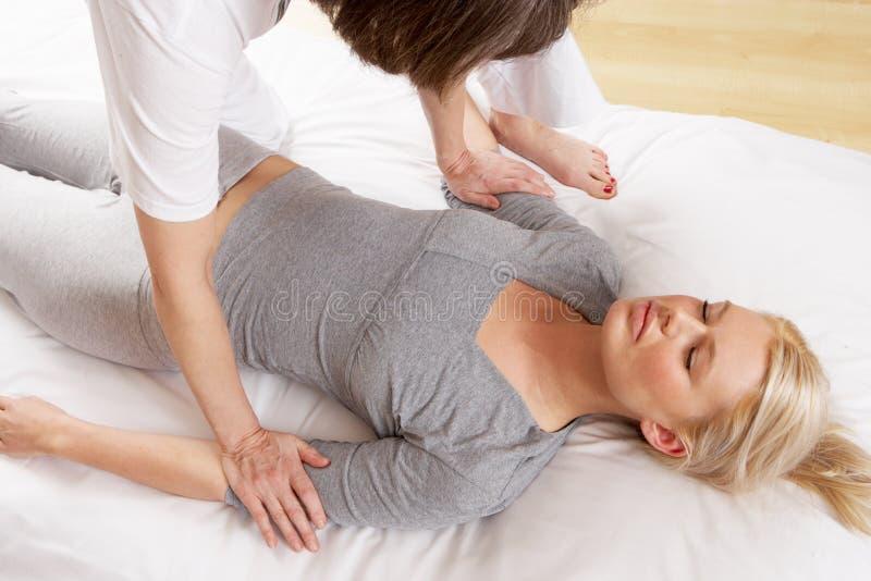 Женщина имея массаж Shiatsu стоковое фото